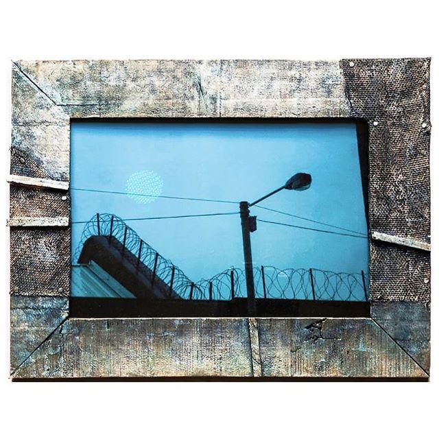Liverpool en perspectiva #riotwood  Liverpool under riotwood perspective Madera plateada y policromada a lo loco 😊 Silvered wood  www.riotwood.com Pic by @martatowerphotostudio #riotwood @comcosy #comcosy #woodworking #enmarcaciones  #customframe #shop #marcos #enmarcacion #decoracion #walldecoration #cozy #customframe #madrid #madera