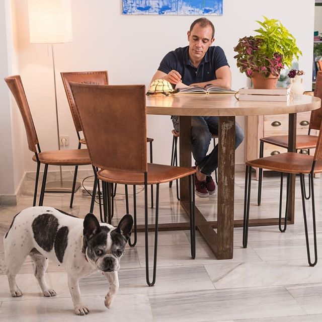 Feliz viernesssss!!!😊 www.riotwood.com Pic by @martatowerphotostudio @comcosy #riotwood #comcosy #woodworking #handmadeforniture #desing  #carpentry #madera #madriddesign #table #wood #spanishdesign #mobiliario #morning #pet #feelingood #chair #home #livingroom
