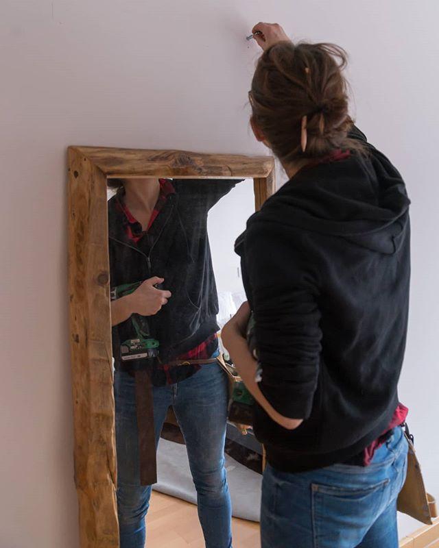 Vigas de derribo revitalizadas en espejos Abuelo. Calorcito 😊 www.riotwood.com Pic by @martatower_estudiofotografico @comcosy #riotwood #comcosy #woodworking #handmadeforniture #desing  #woodshop #carpentry #madera #madriddesign #table #wood #spanishdesign #mobiliario  #walldecoration #cozy #customframe