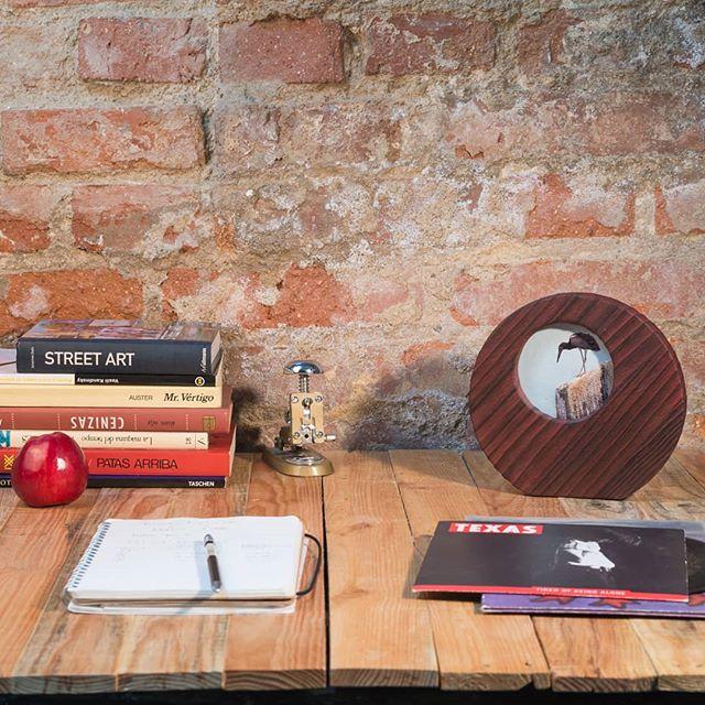 Tu mesa de trabajo con marco riot donde descansar la mirada 😊 Bos días!! www.riotwood.com Pic by @martatower_estudiofotografico #riotwood @comcosy #comcosy #woodworking #enmarcaciones  #customframe #shop #marcos #enmarcacion #decoracion #walldecoration #cozy #customframe #madrid #madera#monday#bookstagram#craftsmenunited