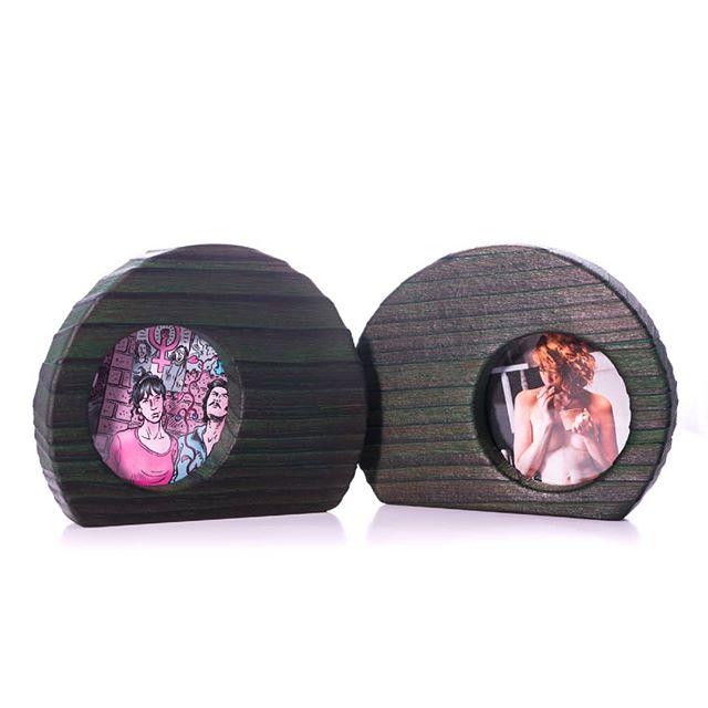 Cómo quedaría tu mesa con un riot marco?? Súper potente! Pásate por la web para ver los acabados www.riotwiod.com Buen finde!! . . . . Pic by @martatower_estudiofotografico #riotwood @comcosy #comcosy #woodworking #enmarcaciones  #customframe #shop #marcos #enmarcacion #decoracion #walldecoration #cozy #customframe #madrid #madera #craftsmenunited