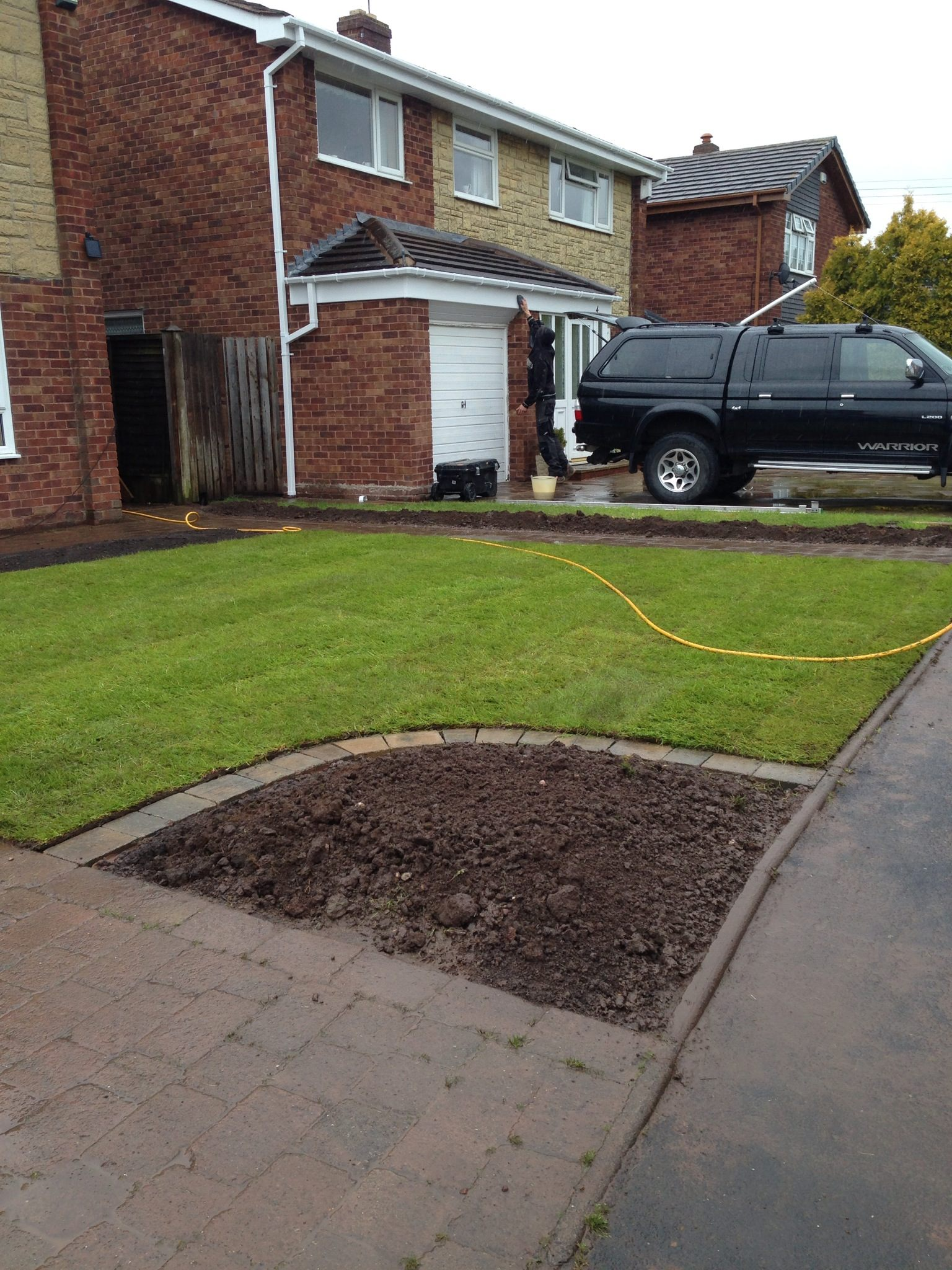Lawn and border with tumble block edging