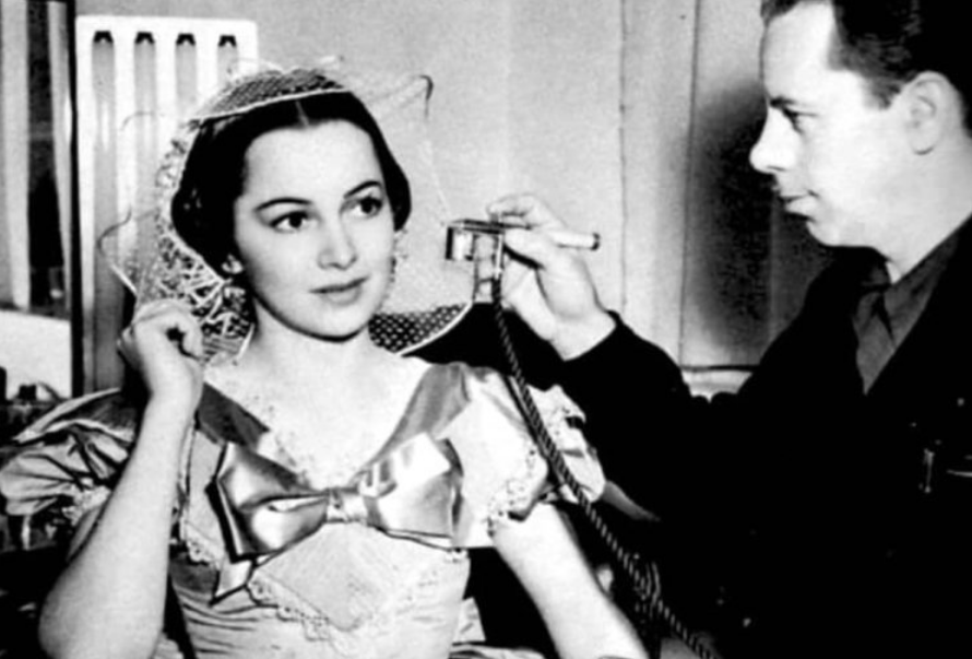 Monte Westmore applying airbrush on Olivia de Havilland in 1939 on Gone With The Wind