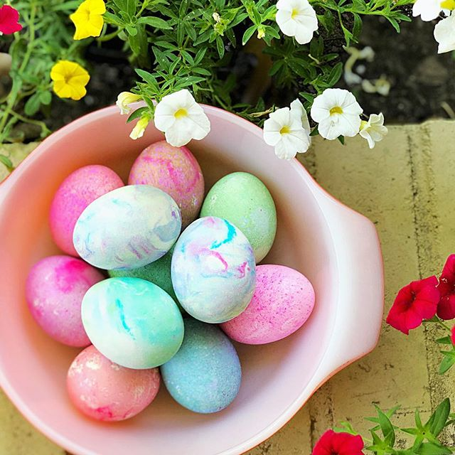 Happy Easter, friends!! May all of your homes be filled with peace, love, and happiness, today and always. 💜🐇🌸 ___________________ #heisrisen #eastereggs #coolwhipeggs #marbleized #spring #houstonblogger #hereyouarehome #family #beautifulday #thatsdarling #tasteofthesouth #tasteofhome #glutenfree #paleo #foodblogger #thebiteshot #bossgirlbloggers #gardentotable #sundayfunday #sundayvibes