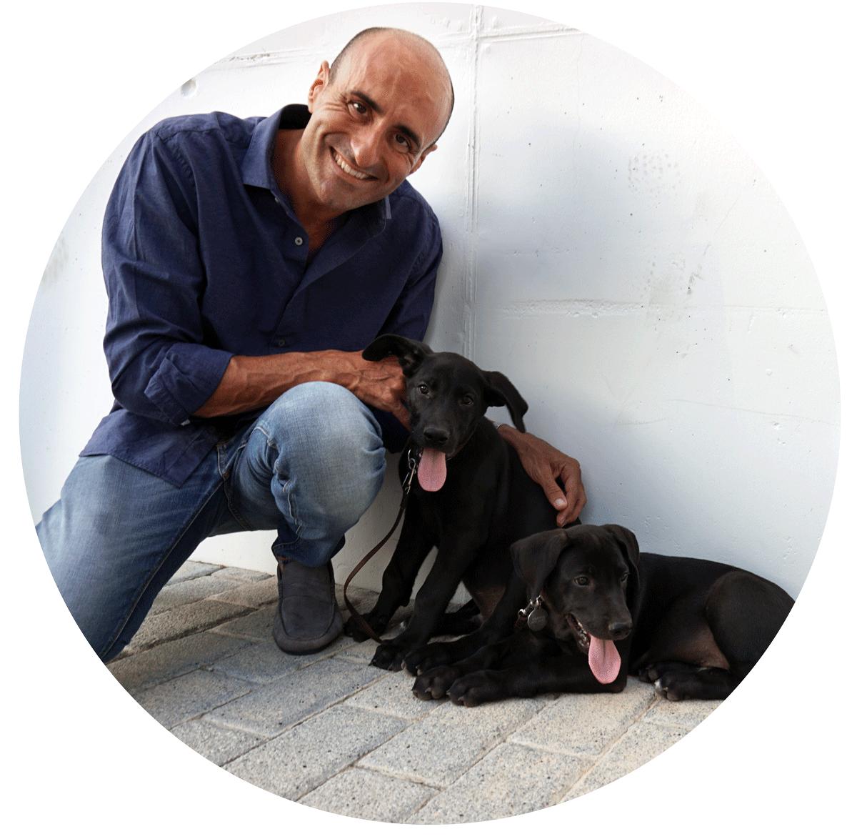 José Arce - mit seinen beiden gerade adoptierten Mischlingswelpen Ying & Yang