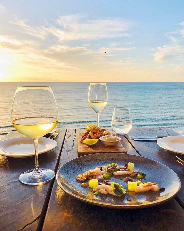 This view pairs nicely with some white wine 🍷🍷 🍷🍷 🍷🍷 🍷🍷 #ocean #water #wine #vino #winelover #waves #horizon #winetasting #winetime #scenery 📷 @starofgreece