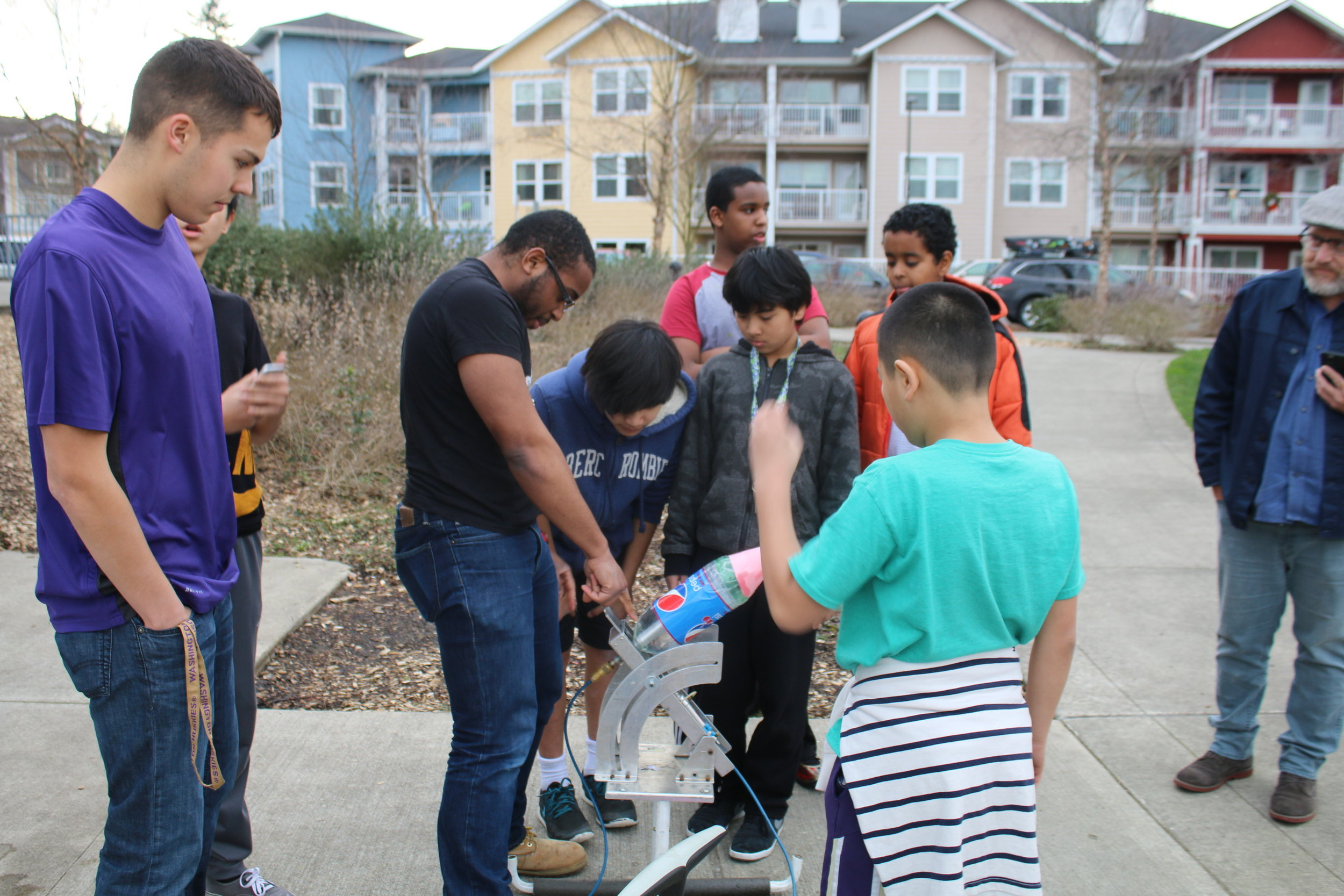At STUDIO, we pride ourselves on teaching youth various different subjects that the youth participants want to learn about! Here are a couple of UW mentors teaching youth about rocket science.  Our University of Washington mentors work with students not only on amazing STEM based projects, they also help mentor youth with college readiness and tutor them for academic success.