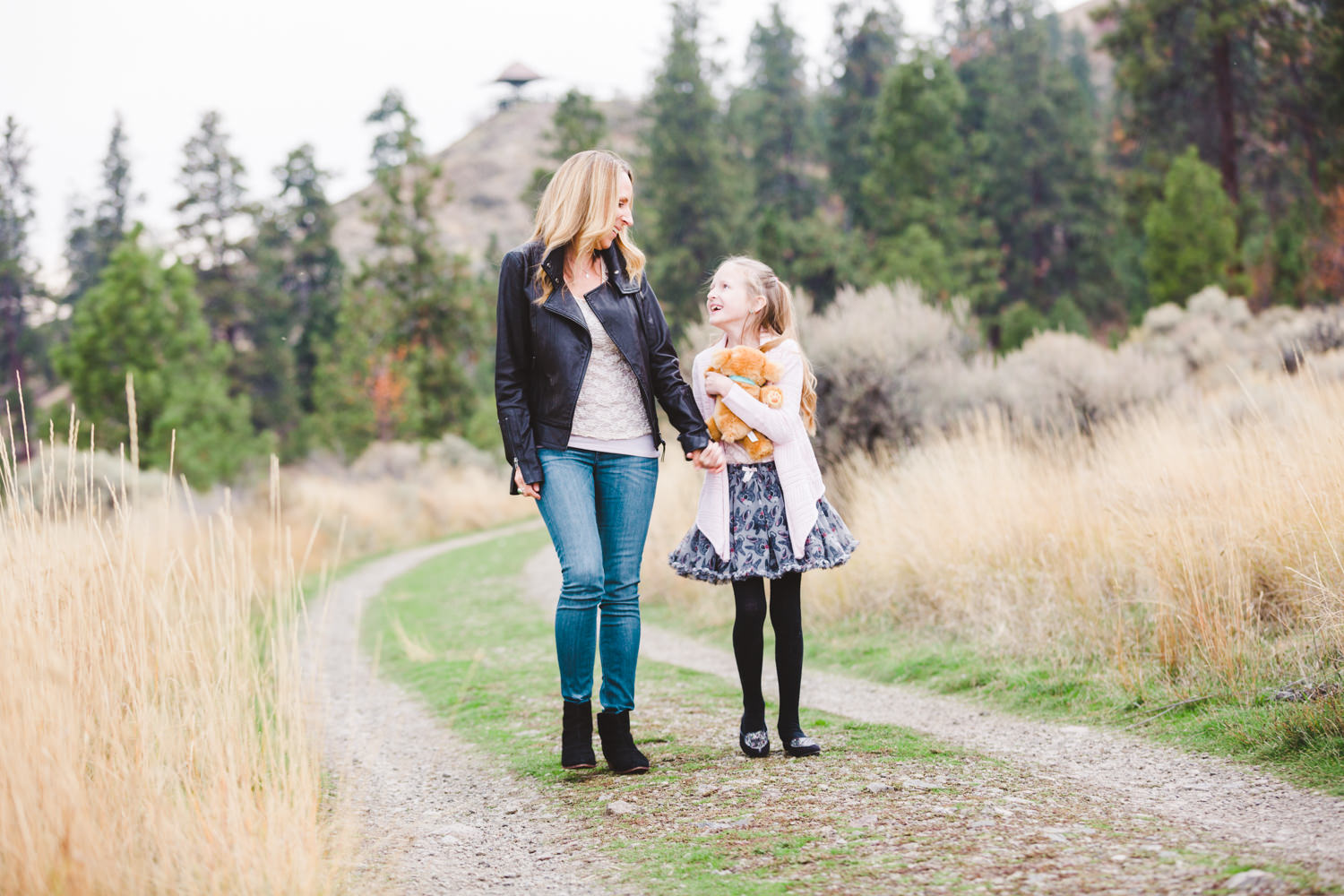 knox-mountain-family-photos-knox-mountain-photographer-knoz mountain-kelowna-bc-knox-moutain-mother-daughter-photography-by-julie-dorge (6 of 27).jpg