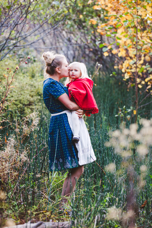 kelowna-halloween-family-photoshoot-little-red-riding-hood-photography-okanagan-halloween-family-photographers-julie-dorge (25 of 27).jpg