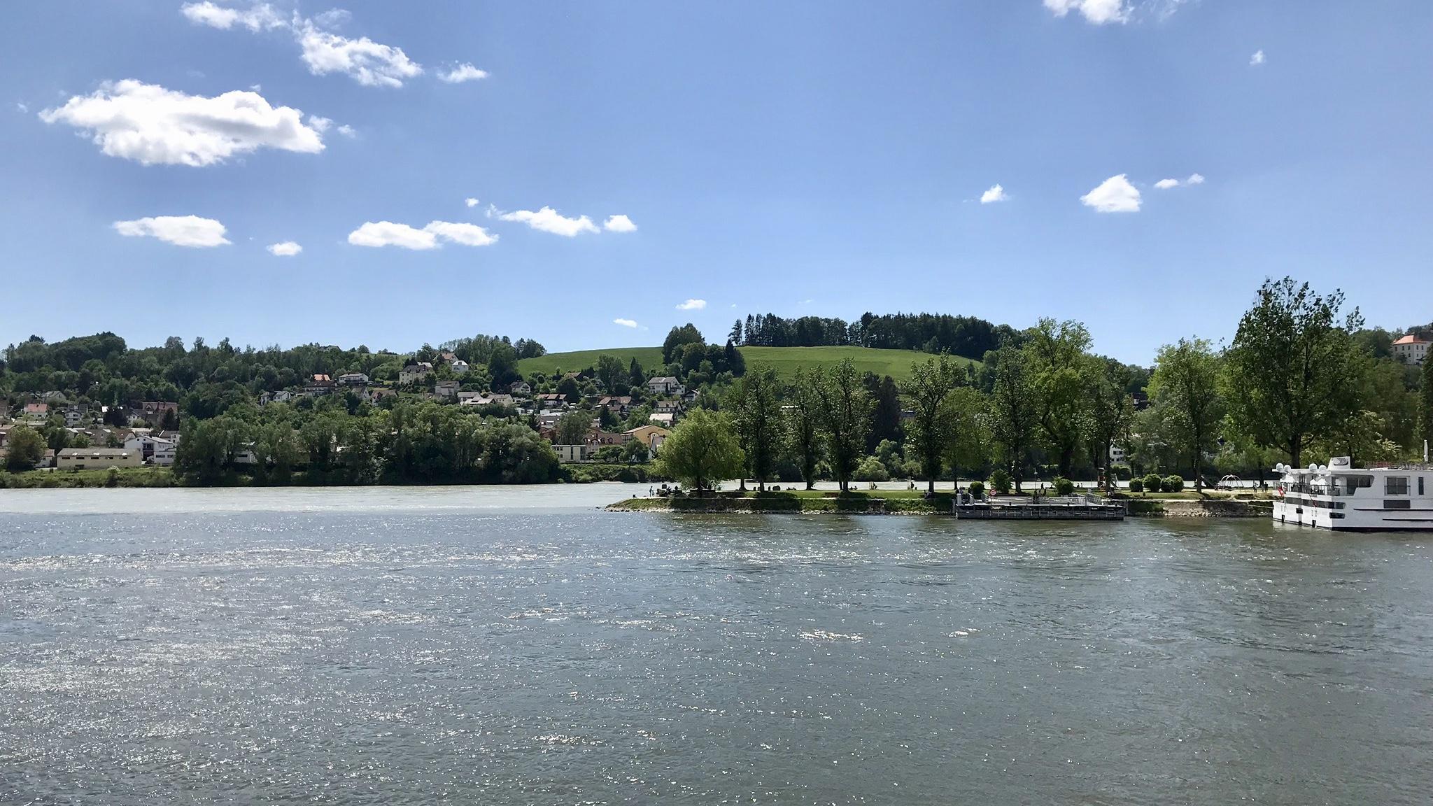 Floderna Inn och Donau förenas med olika färg på vattnet