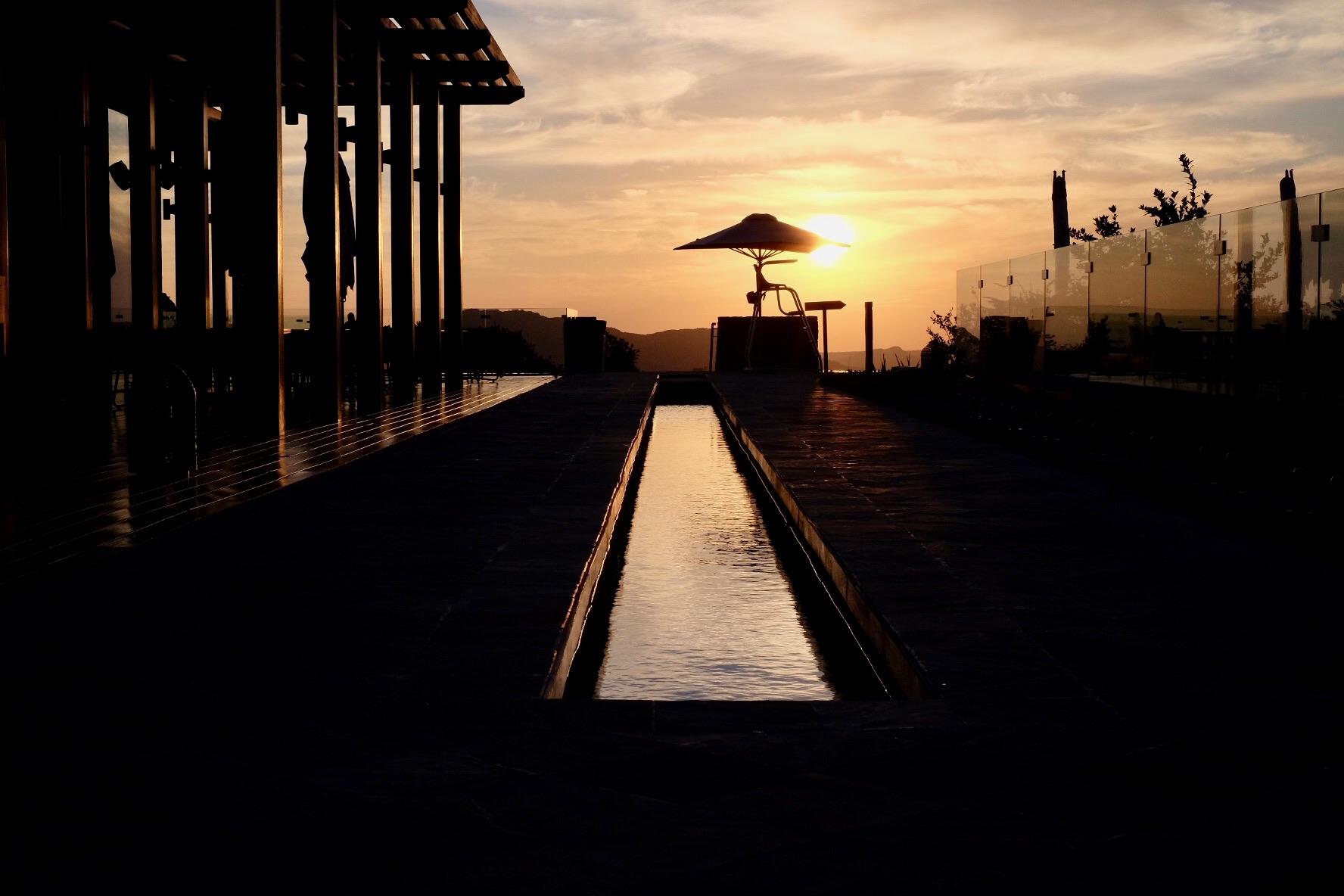 På hotellet vid solnedgången