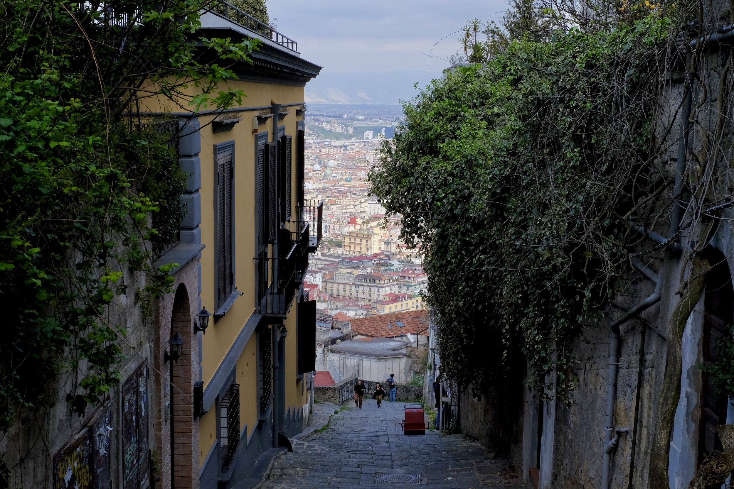 Vacker utsikt uppe ifrån staden lilla berg