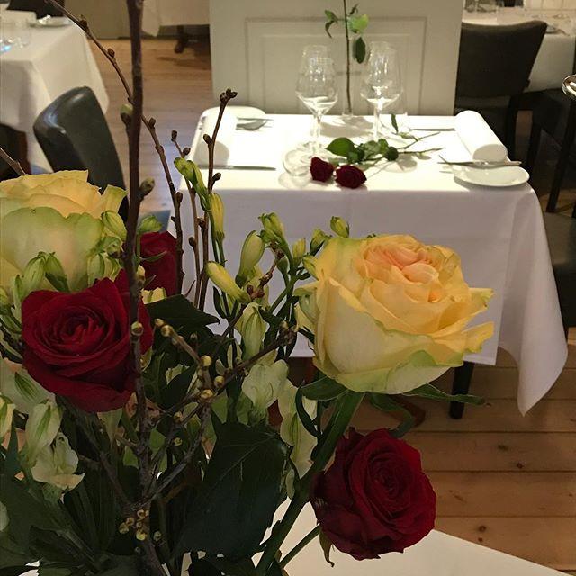 Husk at bestille bord til Valentins aften.vi har roserne og nu har du vores telefon nummer.. 😃❤️🌹28597090