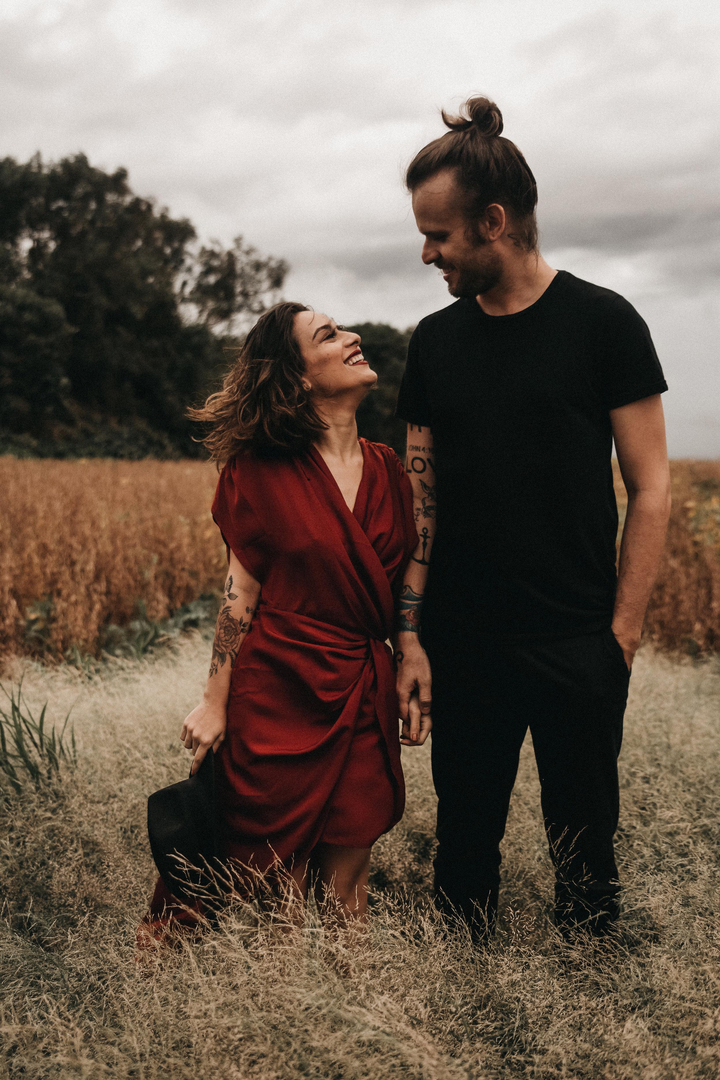SOMOS HELÔ E WELL - Um casal sonhador que adora criar. Já passamos por uma das experiências mais lindas de nossas vidas: o dia do nosso casamento (outubro/2017). Amamos o nosso trabalho pois acreditamos na beleza amor.Nós valorizamos os momentos e as experiências mais intensas da vida. Acreditamos em uma criação de experiência para nossos clientes que revele uma emoção verdadeira e conte uma história, mas não uma história qualquer - a sua história. Queremos capturar os detalhes que tornam seu amor especial e único. Amamos momentos autênticos e sinceros.Esqueça aqueles filmes tradicional e clichê. Nosso objetivo é capturar o cru, o bagunçado, a emoção genuína, as lágrimas e as gargalhadas.