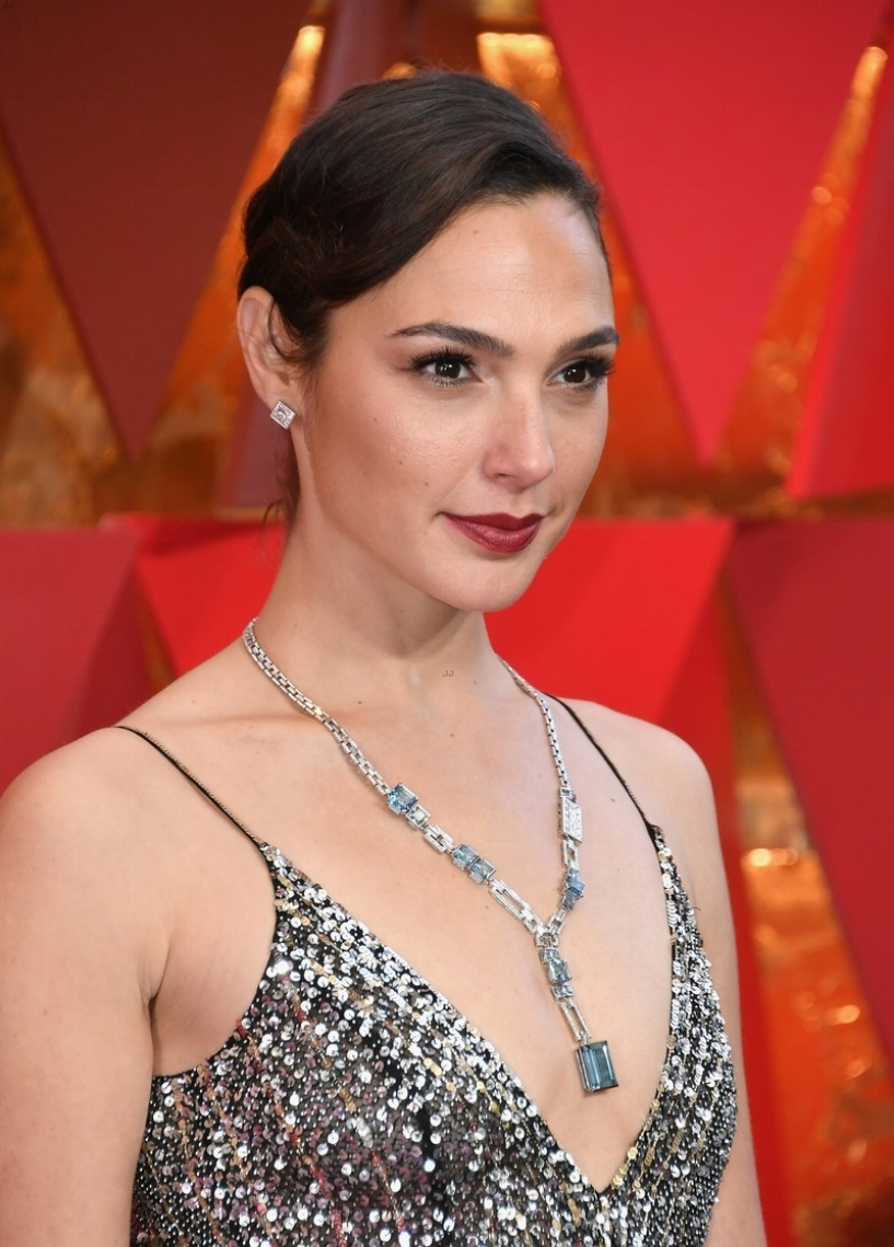 gal-gadot-shimmers-on-oscars-red-carpet-with-husband-yaron-varsano-09.jpg