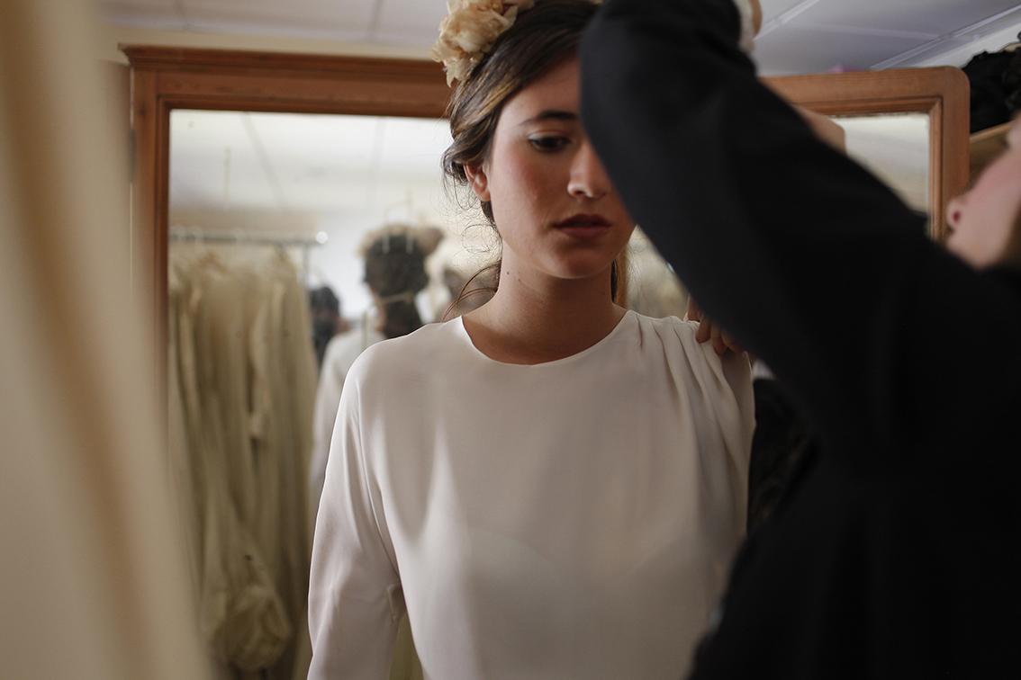 Menos es más. Una novia elegante tiene confianza en sí misma y lleva su traje con seguridad.