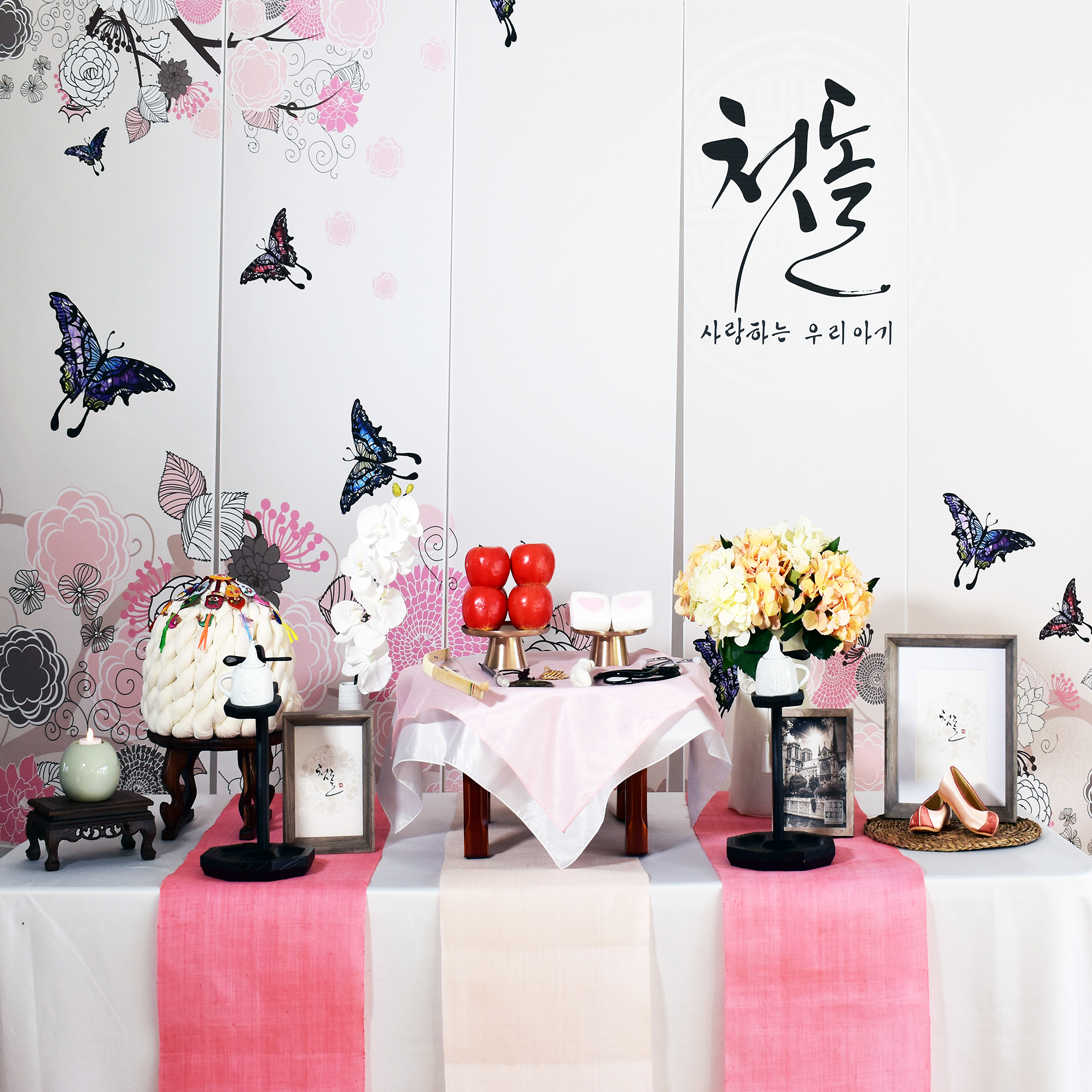 PETIT STYLE TABLE RENTAL: 핑크나비 (Pink Butterfly) - Included: Pink Butterfly backdrop, round wooden table, traditional tablecloth, traditional runner, small tablecloth, 2 kerosene lamps, 1 mini wooden square table, traditional candle holder, display apples, rice cakes, silk flowers and plastic vases, shil ta rae, traditional accessories are randomly picked, 3 picture frames (5x7), Doljabi Items (Pick 5 items- Ma-pae, coin, stethoscope, writing brush, thread, bow and arrow)** Mix &Match backdrops and runners (choose from traditional table)*** Pick up- Everything included in the picture except display rice cakes, display fruits, brass plates.* Out of state - mini wooden table, display rice cakes, apples are not included. (optional) Will change to 2 small picture frames. All accessories are randomly picked.*Shipping fee will apply. Fees might vary depending on location.상품구성: 현수막, 상 1개, 고급 한복 원단 테이블보, 한복 원단 러너,상보, 호롱불 촛대 2개, 호롱불 2개,전통 사각 소반 1개, 전통 촛대 1개, 모형 사과, 백설기, 꽃과 플라스틱병 1개, 조화 난과 꽃병 1개, 상화, 실타래, 전통 장식품들 랜덤, 액자 (5x7) 3개, 돌잡이 용품(5개 선택 - 활, 실, 엽전, 마패,붓, 청진기)** Traditional Table 에서 현수막, 러너 Mix & Match 하실수 있습니다.* Pick up- 사진에 모든 물품 포함되지만 모형떡, 과일, 유기그릇은 포함되지 않습니다. 전통 소품들은 랜덤입니다.* 타주시- 깨지지 않은 소품들로 나갑니다. 작은 액자 2개로 변경, 유기그릇, 개다리 소반은 포함되지 않으며, 모형 과일, 떡은 옵션입니다. 전통 소품들은 랜덤입니다.* 배송시 배송비는 추가이며, 지역따라 배송비가 다를수 있습니다.
