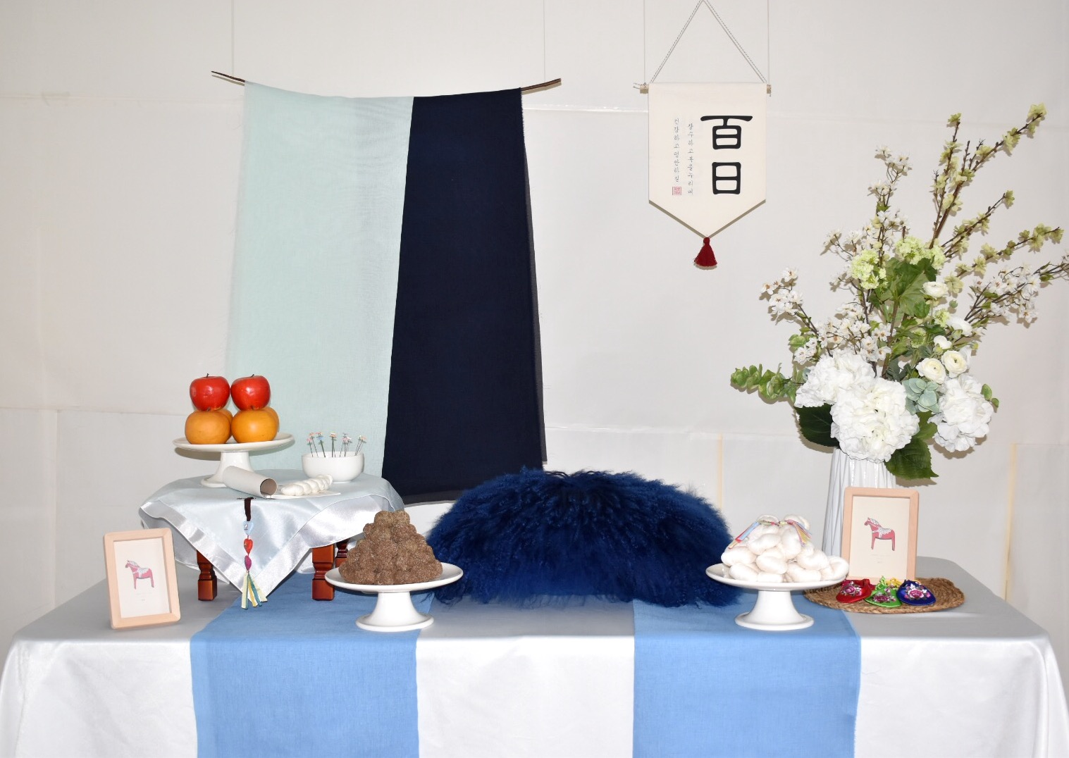 PETIT STYLE TABLE RENTAL: 심플 블루 백일(SIMple blue) - Included: Two tone hanging runner, round wooden table, traditional tablecloth, traditional runner, small tablecloth, display fruits(option), rice cakes(option), silk flowers and plastic vases, shil ta rae, traditional accessories are randomly picked, 2 picture frame** Mix &Match backdrops and runners *** Pick up- Everything included in the picture except display rice cakes, display fruits, dishes, cushion.* Out of state - display rice cakes, apples are not included. (optional).* Shipping fee will apply. Fees might vary depending on location.상품구성: 투톤 행인 러너 2개, 상 1개, 한복 원단 러너,상보, 모형 과일(옵션), 모형 떡(옵션), 꽃과 아크릴 화병, 상화, 실타래, 전통 장식품들 램덤, 액자 2개** 러너 Mix & Match 하실수 있습니다.*** Pick up- 사진에 모든 물품 포함되지만 모형떡, 과일, 방석은 포함되지 않습니다. 전통 소품들은 랜덤입니다.* 타주시 - 깨지지 않는 소품들로 나갑니다. 모형 과일, 떡은 옵션입니다. 전통 장식품들은 랜덤입니다.*배송시 배송비는 추가이며, 지역따라 배송비가 다를수 있습니다.