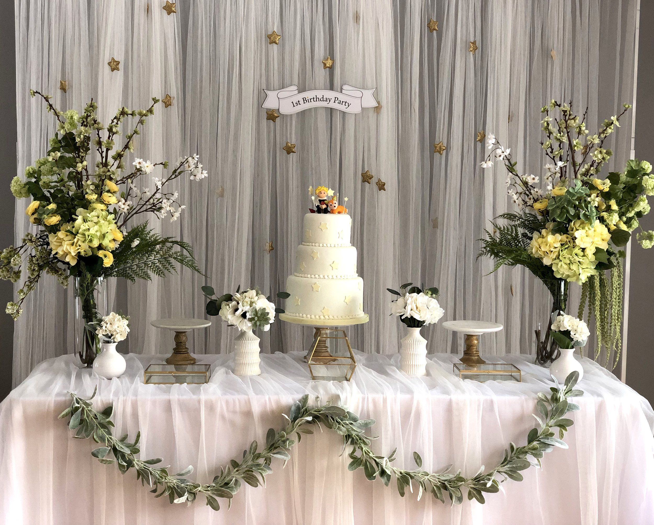 Little Star - Included : Star backdrop, 1st Birthday Party hanging board, 3 cake stands, silk flowers and vases, Display Little Prince 3 layer Cake, Gold glass boxes상품구성: 별 배경, 1st, Birthday Party 행인 보드, 골드박스 3개, 꽃과 화병 2세트, 모형 어린왕자 3단 케익, 케익 스텐드 3개, 작은 꽃 4개Plus, MODERN DOLJABI TABLE & PHOTO TABLE