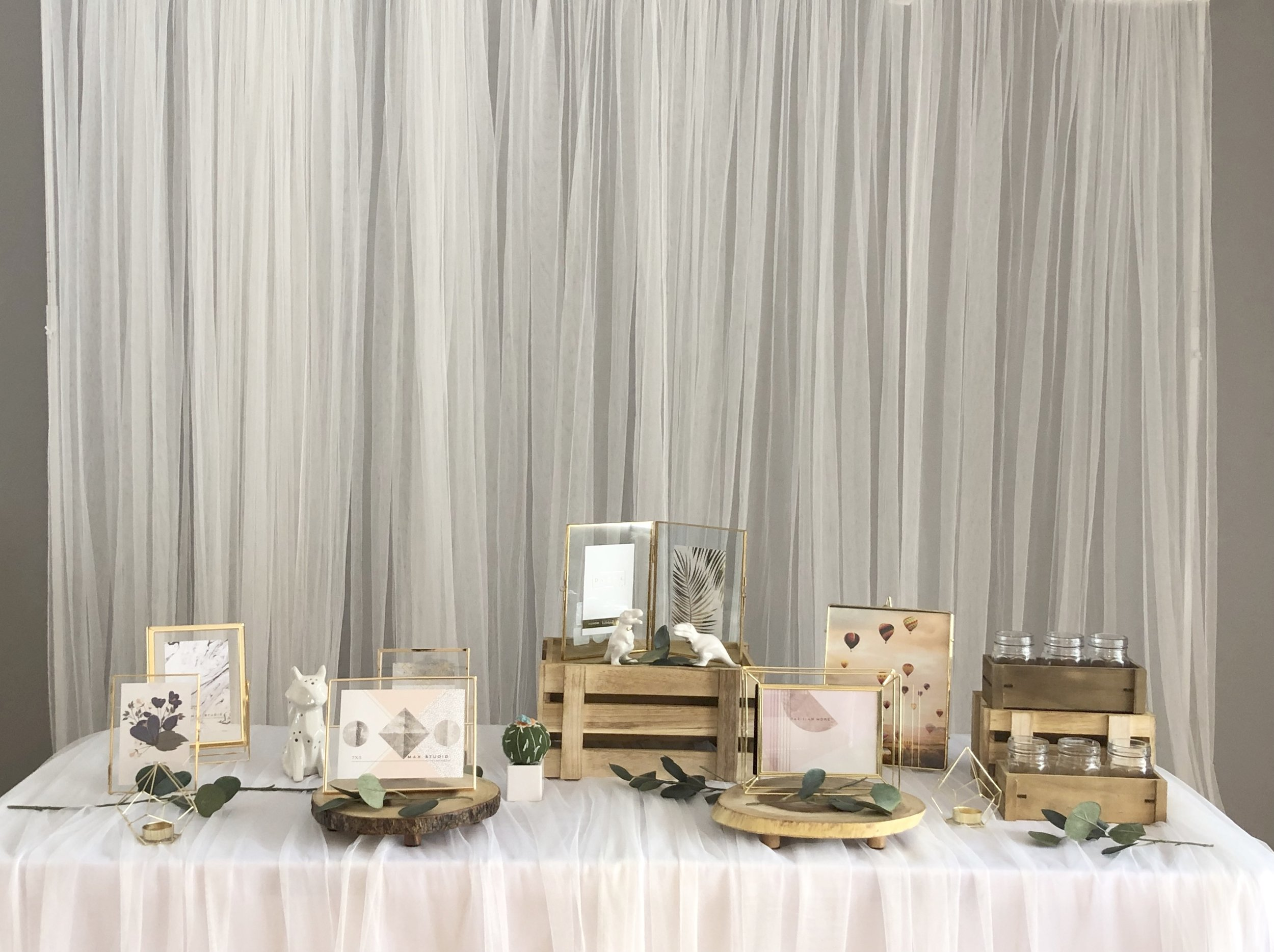 Gold vintage photo table - Included: 7 picture frames,2 mini gold candle holders, wood crates, wood trays, fox, dinosaurs or flowers.상품 구성: 골드 액자 7개, 나무 상자, 나무 스탠드 2개, 골드 초홀더, 모형 공룡 or 꽃 , 여우, 선인장