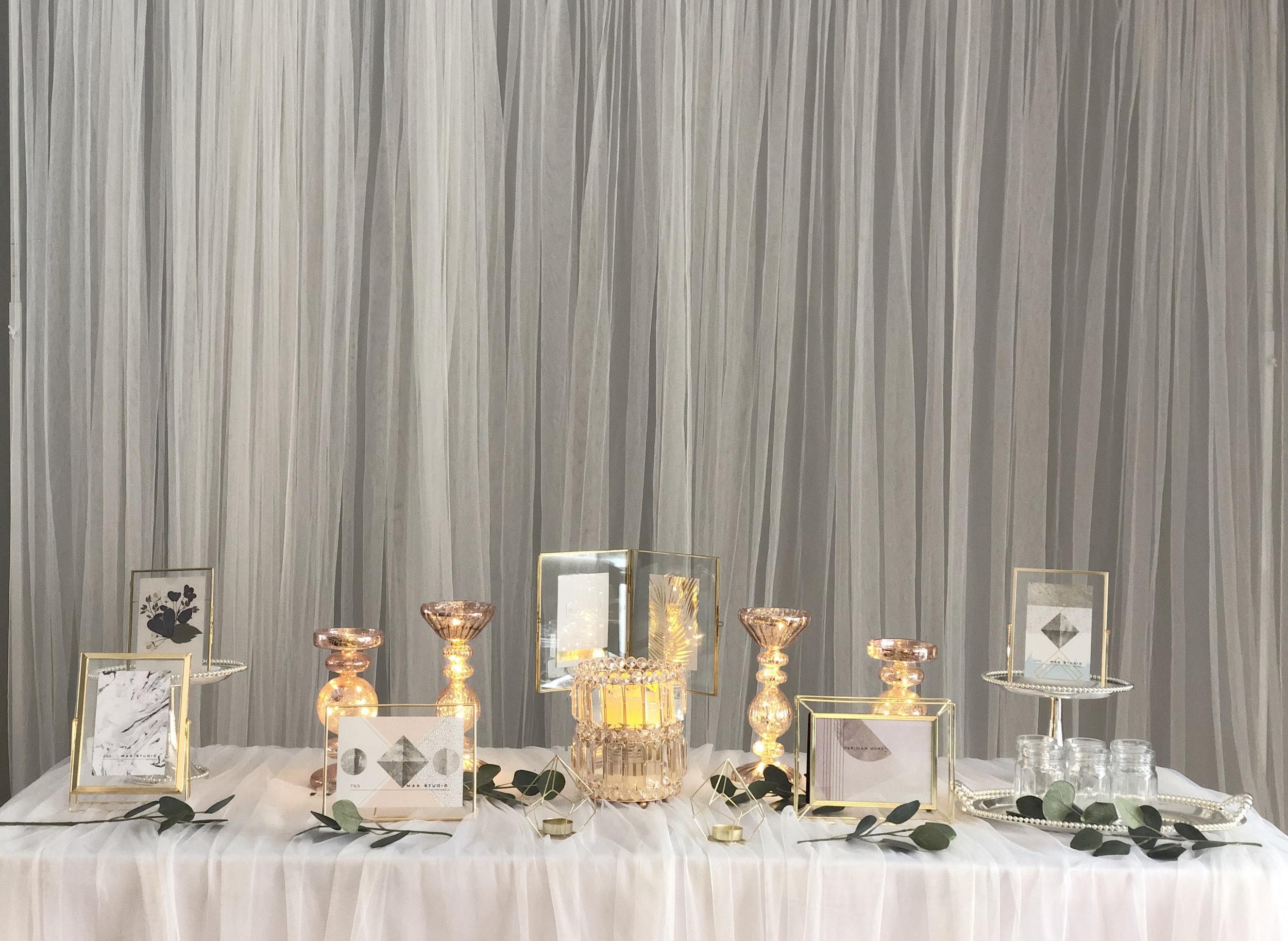 little castle photo table - Included: 6 picture frames, 2 mini gold candle holders, 4 rose gold candle holders, 1 rose gold crystal candle holder, 2 frame stands, 6 doljabi glass jars, sliver tray.상품 구성: 액자 6개, 미니 골드 캔들 홀더 2개, 로즈골드 캔들 홀더 4개, 로즈골드 크리스탈 캔들 홀더 1개, 액자 스탠드 2개, 돌잡이 통 6개, 실버 접시.