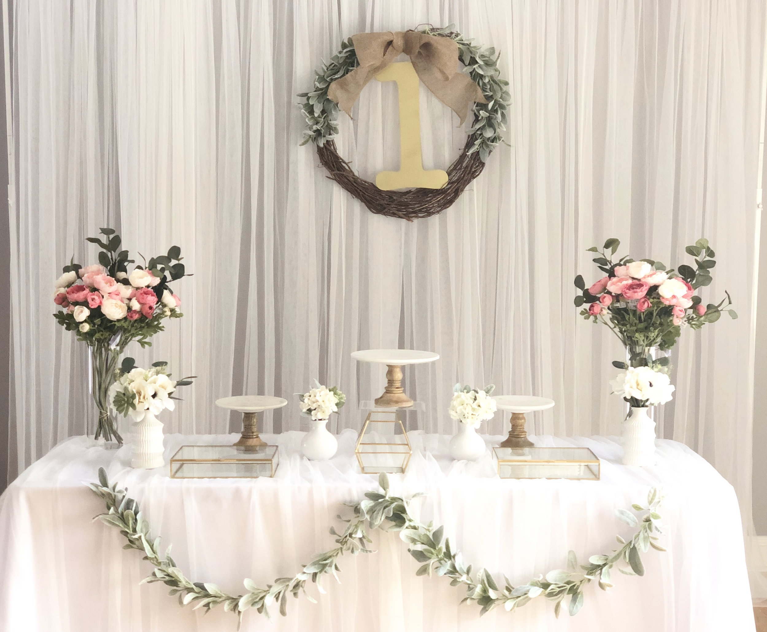 simple pink - Included : backdrop, 1st Birthday hanging wreath, 3 cake stands, silk flowers and vases, Gold glass boxes.상품 구성: 1st Birthday 리스, 케익 스탠드 3개, 조화 꽃 & 꽃병, 작은 꽃 & 꽃병 4개, 골드 박스 3개.Plus, MODERN DOLJABI TABLE & PHOTO TABLE