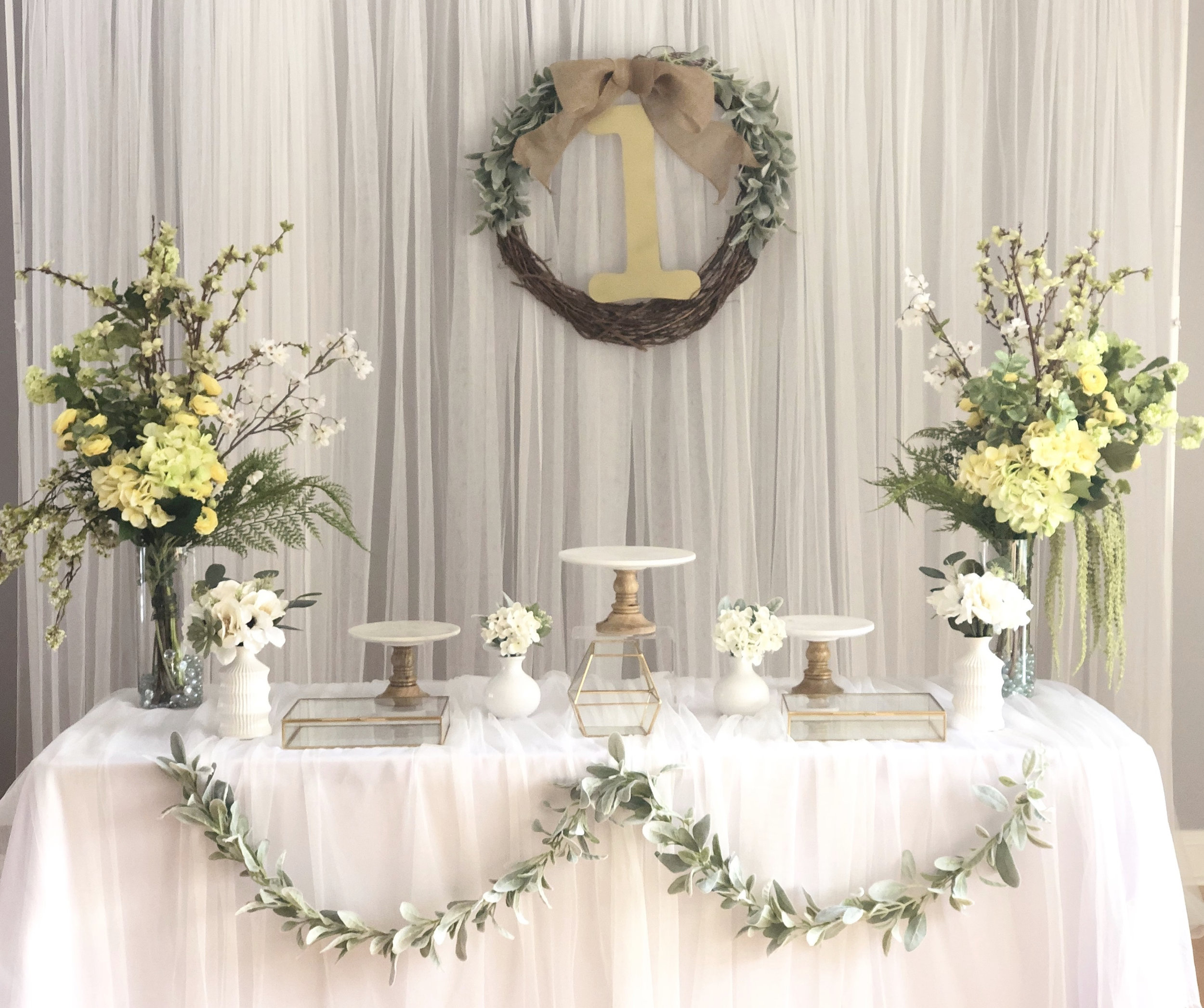 simple green - Included : backdrop, 1st Birthday hanging wreath, 3 cake stands, silk flowers and vases, Gold glass boxes.상품 구성: 1st Birthday 리스, 케익 스탠드 3개, 조화 꽃 & 꽃병, 작은 꽃 & 꽃병 4개, 골드 박스 3개.Plus, MODERN DOLJABI TABLE & PHOTO TABLE
