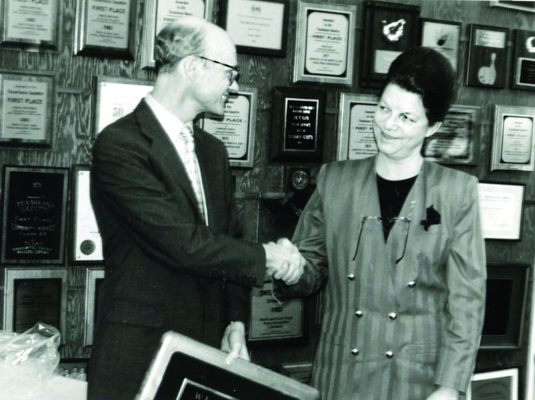 Walter Hussman, president of WEHCO Media, presents Janet with the Palmer Newspaper Award in the 1990s.