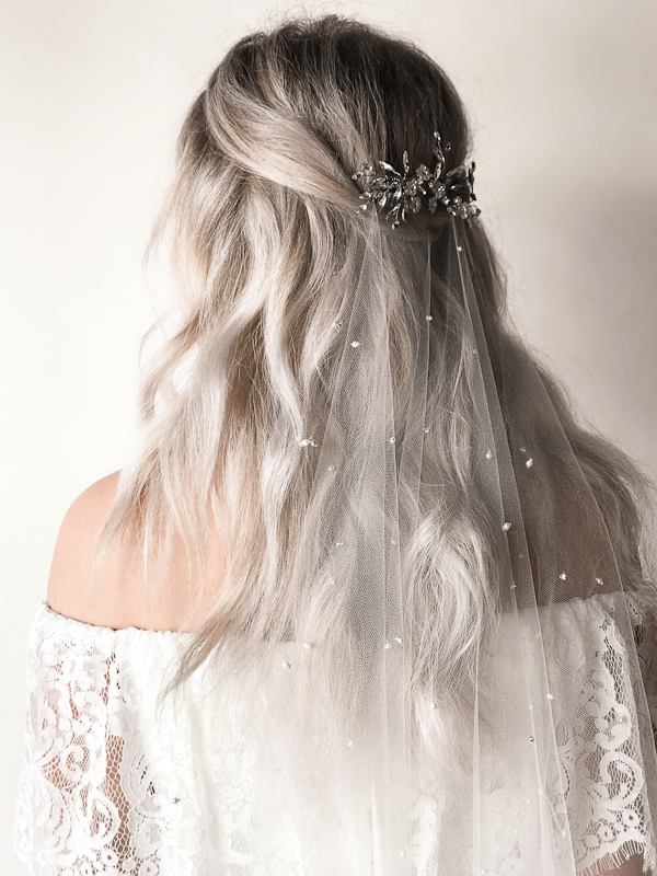 How to style a bridal veil with a comb - By Untamed Petals