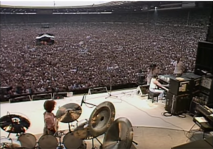 Live Aids with Queen, Freddie Mercury singing at piano
