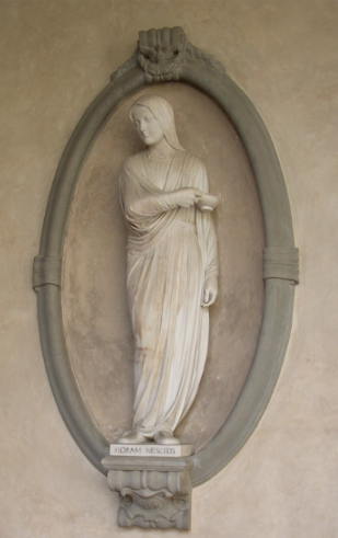 A memorial monument to Nightingale was created in Carrara marble by Francis William Sargant in 1913 and placed in the cloister of the  Basilica of Santa Croce, Florence .