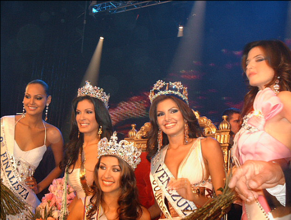 Miss Venezuela 2007 winners, in the center Dayana Mendoza, Miss Universe 2008 Oliver Diaz (Oliverdp2003 at en.wikipedia) - Own work (Original text: self-made)