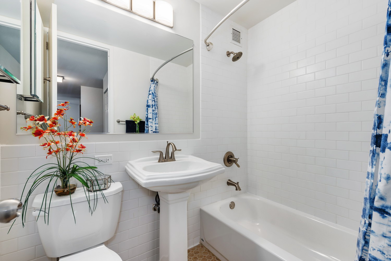 510 W Belmont - Bathroom