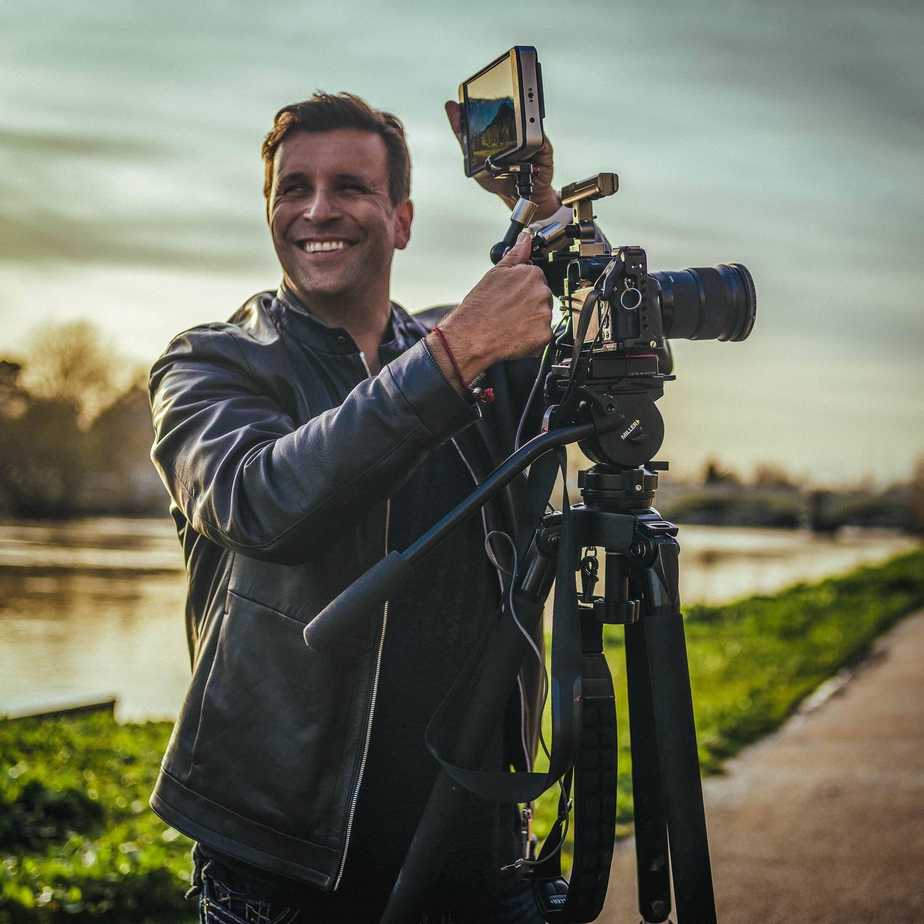 Philip Bloom - Philip Bloom este un cineast Britanic cu renume mondial care, în ultimii 10 ani din cariera sa de 27 de ani, s-a specializat în crearea unor imagini cinematografice incredibile, indiferent de camera folosită. Philip este foarte cunoscut în industrie pentru prezența sa atât în fața camerei cât și în spatele acesteia. Aprecierile sale cu privire la echipamentele de filmare sunt foarte populare datorită opiniilor sale obiective, cunoștințelor și remarcilor sale îndrăznețe.A lucrat pentru toate posturile principale de difuzare media din UK, cum ar fi BBC, ITV, C4 și Sky, precum și pentru numeroase companii de producție independente și mulți alții din întreaga lume inclusiv CNN, CBS, Discovery, FOX și NBC.Philip este într-o continuă extindere a abilităților sale creative, experimentând mereu cu noua tehnologie. Monitorizarea atentă a conturilor sale pe platformele de social media precum Facebook, Twitter și Instagram precum și site-ul său enorm de popular sunt frecvent folosite pentru a ajuta și educa realizatorii de filme din toate nivele profesionale.În plus față de activitatea sa de educare din online, el călătorește frecvent în diverse părți ale lumii pentru a învăța realizatorii de filme tineri și bătrâni tehnici mai eficiente. Nu doar prin intermediul tehnologiei dar și prin abilități mai bune de storytelling. Ateliere sale de lucru au avut un succes enorm în jurul lumii și el va continua să le conducă cât mai mult posibil, fiindcă învățarea nu se oprește niciodată.
