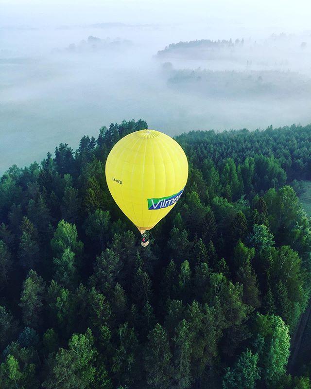 Be the reason someone smiles today🎈🇱🇹🙏😍 #lithuania #orobalionai #hotairballoon #burbulasskrenda #pramogosore #zarasai #lakeandsky #yellowballoon #nature #morning #fog #travelblogger #travel