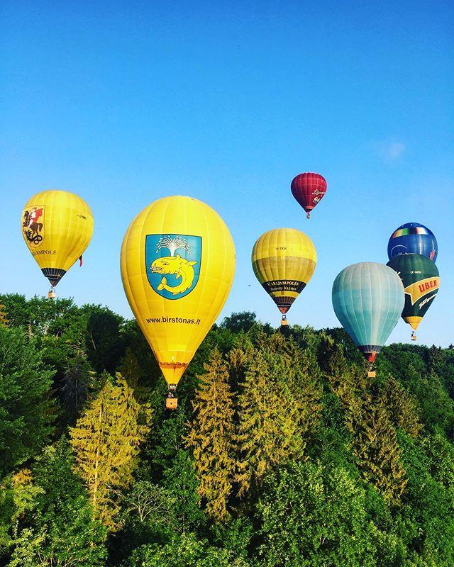 XXVII-tas kartas, kai vyksta Lietuvos karšto oro balionų čempionatas🇱🇹🎈 Labai džiagiamės, kad šįkart džiuginame Birštoną😍🎈🇱🇹 #lithuania #orobalionai #hotairballoon #hotair #birstonas #birstonotaure2019 #pramogosore #burbulasskrenda @justas_ci