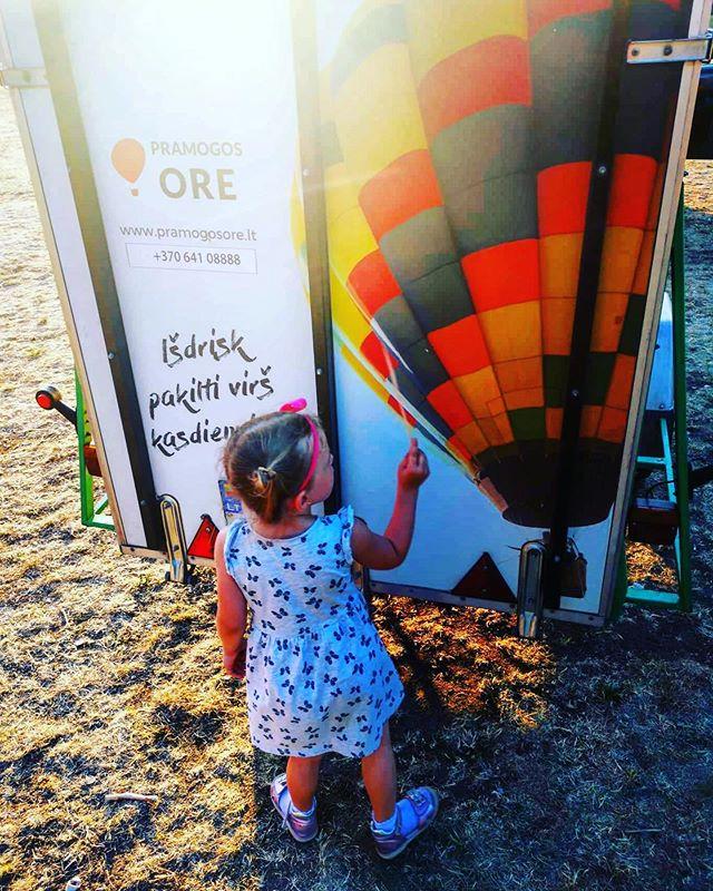 Baby, it is the hot air balloon❤️🎈🥰 #lithuania #orobalionai #hotairballoon #airballoon #child #summertime #airballoonlt #vilnius #vingioparkas #evening #skriskorobalionu #pramogosore #burbulasskrenda