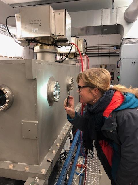Frida Tibblin Citron från Big Science Sweden inspekterar stålröret.