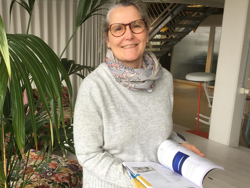Cajsa Fredlund visar stolt årets guide!