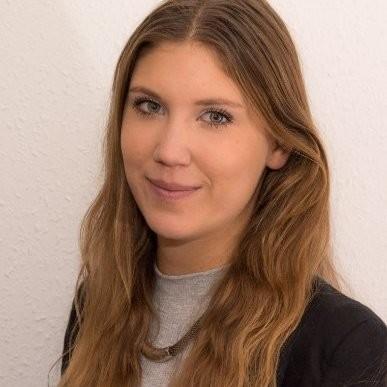 Frida Eriksson, design- och produktutvecklingsingenjör. Arbetar på CERN med den mekaniska konstruktionen av RF-komponenter. Hon följer projekten från början till slut.