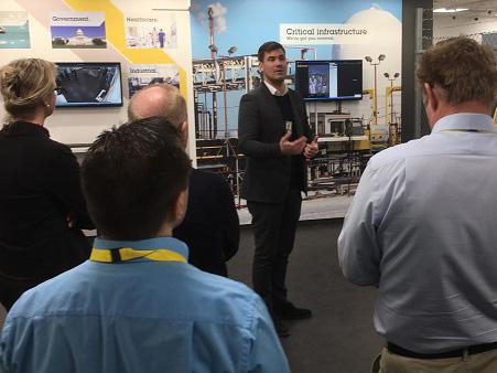 Tobias Ekberg, Axis, visade runt i Axis' produktutställning och förklarade hur man kan utnyttja nya, smarta övervakningskameror.