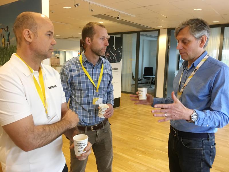 Johan Åkesson, Axis (th), berättar om Axis' produkter för Mattias Tetzlaff, Solectro (tv) och Riki Virc, DVel (i mitten).