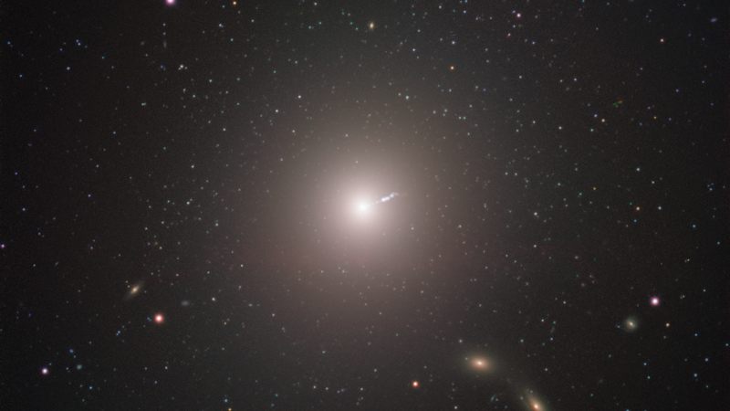 Messier 87 (M87) är en enorm elliptisk galax i stjärnbilden Jungfrun på cirka 55 miljoner ljusårs avstånd.