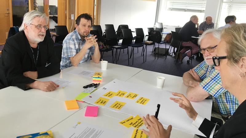 Anders Oskarsson, Florido Paganelli, Leif Eriksson och Anna Hall pratar initierat om utvecklingsfrågor.