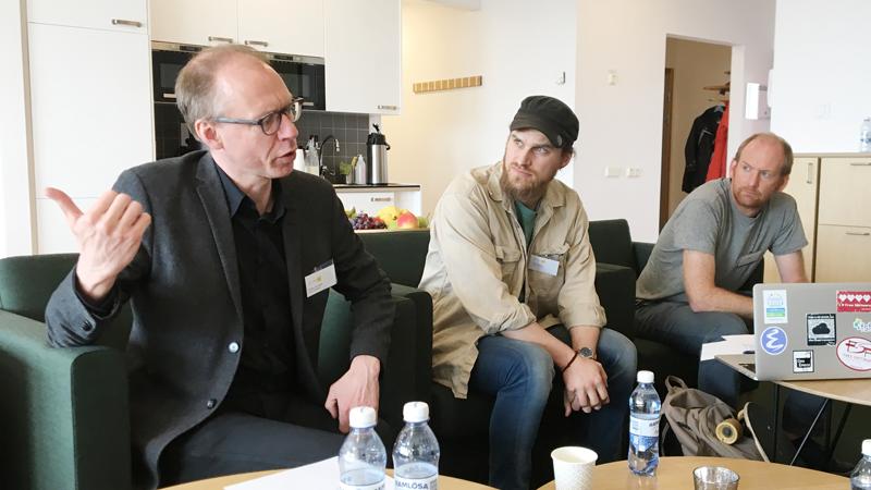 Anders Johansson förklarar för Hanno Perrey och Stephen Hall.