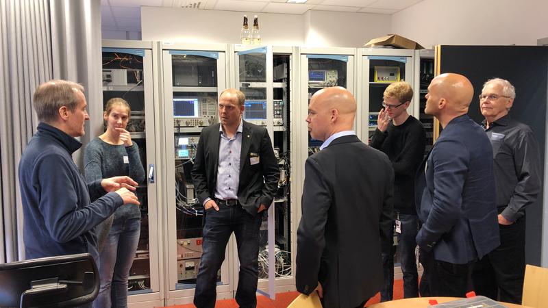 Dagen innehöll också ett studiebesök på FREIA laboratoriet. Här är det genomgång i kontrollrummet, där delar av ESS low level RF system står. FREIA utför tester på ESS kaviteter och efter test levereras de ner till Lund för att installeras i ESS acceleratortunnel.