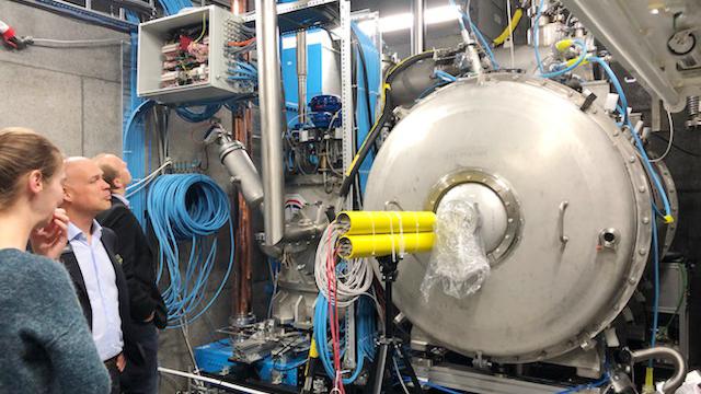 Här testas två av ESS kaviteter i en kryomodul på FREIA-laboratoriet. Patrik Carlsson från Big Science Sweden inspekterar.
