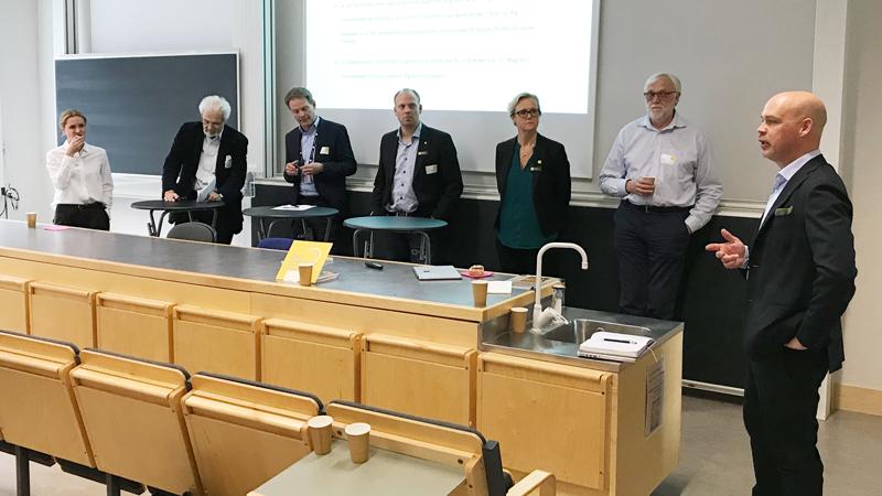 Patrik Carlsson leder paneldebatten. Från vänster: Natasa Pahlm, Tord Ekelöf, Erik Strömqvist,  Sven-Christian Ebenhag, Anna Hall och Leif Eriksson.