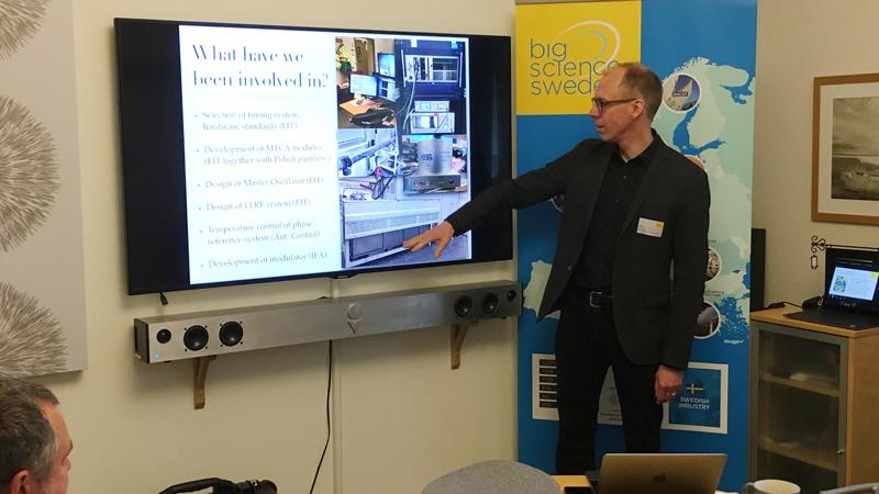 """""""Vi bygger en fabrik"""" underströk Anders Johansson från ESS/Lunds universitet som var föredragshållare. ESS är en speciell fabrik som hanterar en enorm mängd data, med avancerade elektroniska komponenter i strålmiljö. ESS' system kommer att ha 1,6 miljoner kontrollpunkter, jämfört med ca 50 000 i en vanlig """"fabrik""""."""