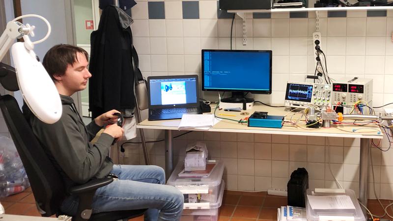 När vi är ute i landet så besöker vi olika företag. Här är vi hos Grepit AB i Luleå som utvecklar inbäddade elektroniska system. På denna bild utveckling av en sensor som analyserar mineraler med hjälp av röntgen.